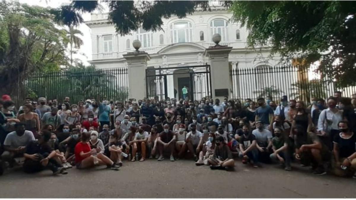 La inusual protesta de artistas cubanos luego de que el gobierno desalojara a jóvenes en huelga de hambre