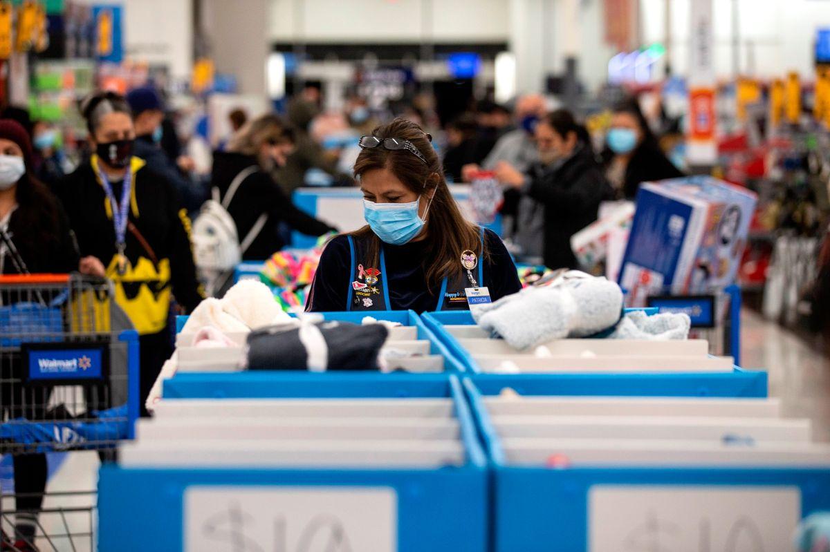 Walmart aumentará a $15 la hora los salarios de 425,000 empleados