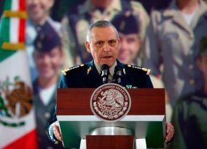 Salvador Cienfuegos llega a México después de que jueza de EE.UU. le retirara los cargos