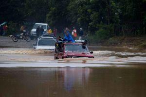 """Eta en Centroamérica: """"Cientos de familias llevan atrapadas 30 horas sobre sus tejados"""""""