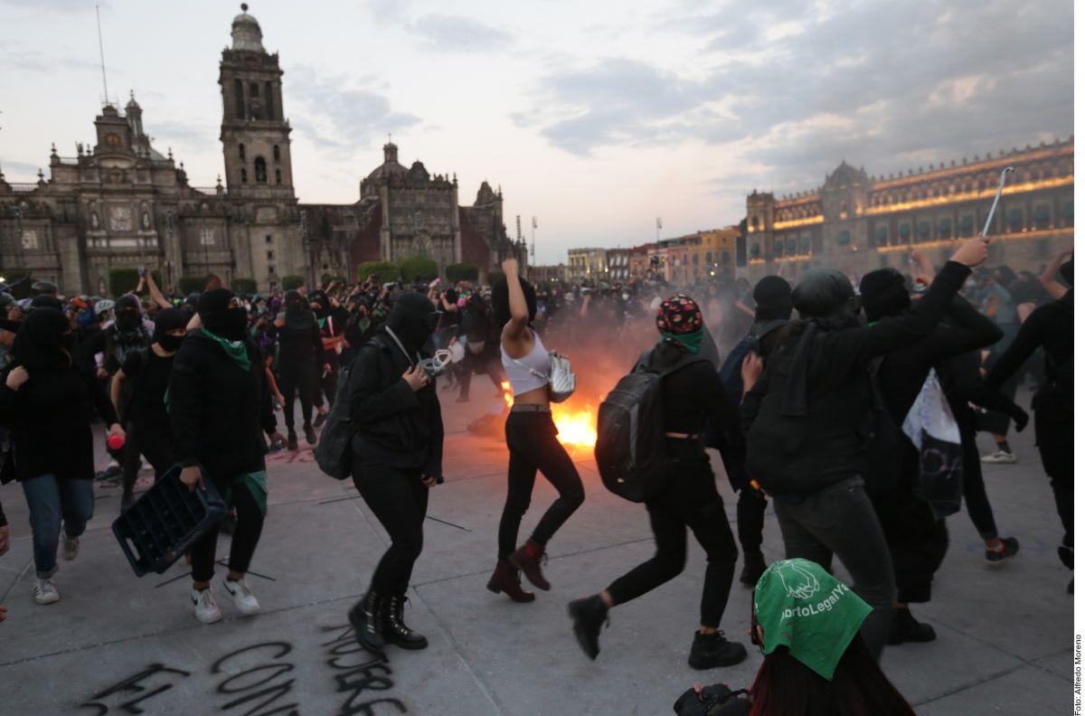 VIDEO: Pintas, quemas y lesionadas, el saldo de la marcha feminista en México