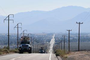 Más de 16,000 hogares de California están sin servicio eléctrico y miles más podrían enfrentar lo mismo