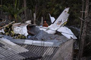 Una avioneta se estrelló este jueves cerca de un aeropuerto en California incendiando carros y amenazando casas