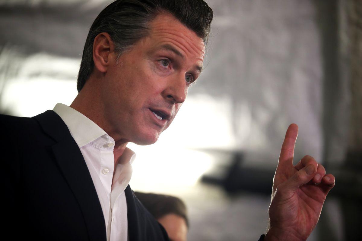 Gobernador de California insta a viajeros a hacer cuarentena