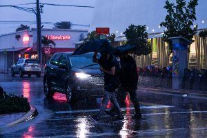 Tormenta tropical Eta deja inundaciones en Florida, pero puede que no golpee al estado como huracán