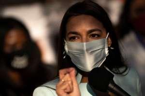 "Acusan a asaltante del Capitolio por amenazar con ""asesinar"" a Alexandria Ocasio-Cortez"