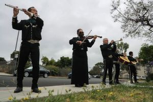 Mujer hispana le lleva serenata con mariachis a su esposo internado en el hospital por coronavirus