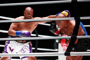 Mike Tyson cumple su palabra con un buen show, pero los jueces le niegan la victoria