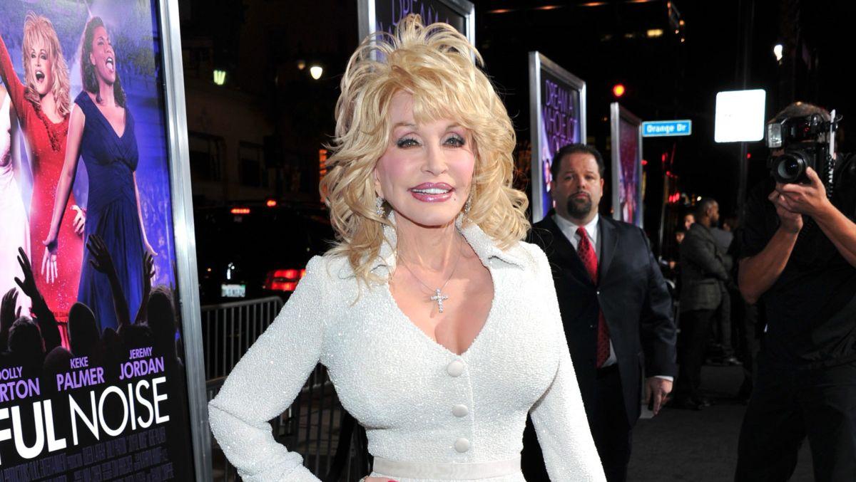 Con 74 años Dolly Parton asegura que seguirá siendo tan joven como le permita su cirujano plástico
