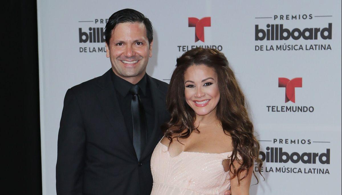 Carolina Sandoval modela varios sexys bikinis al lado de la alberca en plena luna de miel…¡Inesperada reacción de su esposo!