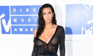 Kim Kardashian presume su escultural figura en la playa, usando un minibikini negro