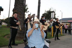 Votantes latinos viven un día de fiesta y participación cívica en Los Ángeles