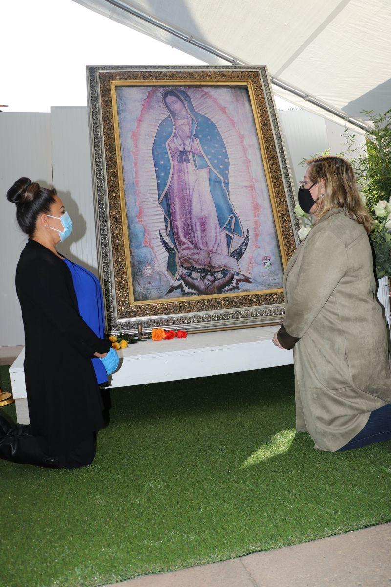 Fieles llegaron temprano a visitar a la Virgen. / foto: Jorge Luis Macías.