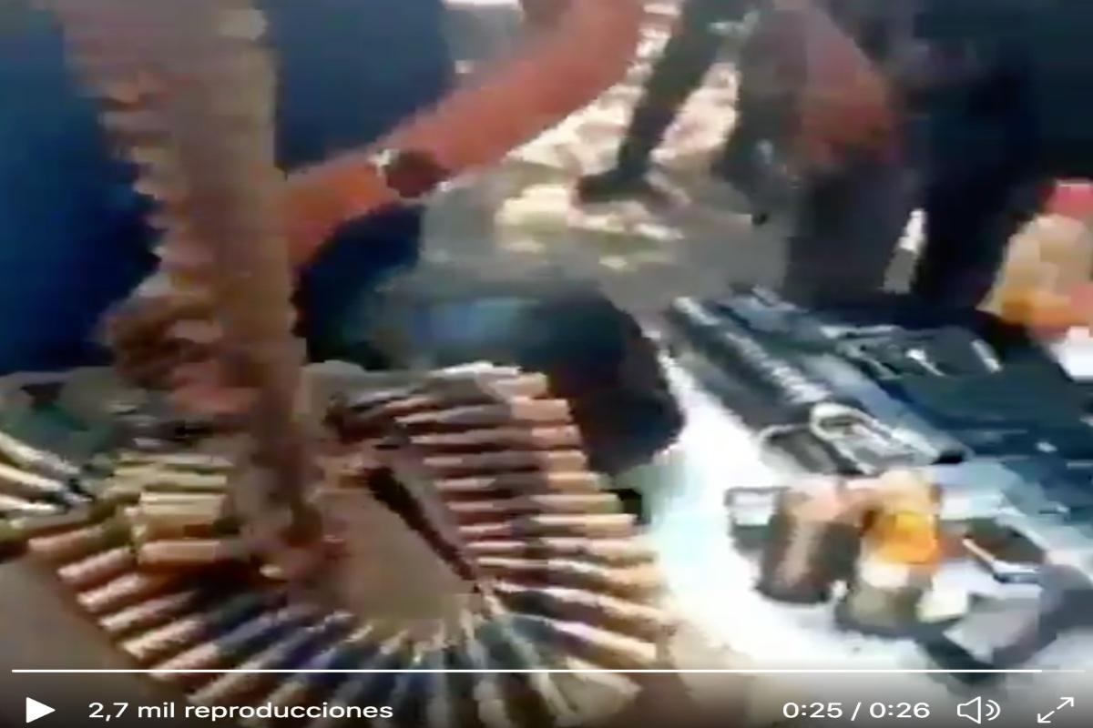VIDEO: La Chonita, sicaria de La Familia Michoacana muestra armas que le quitaron al CJNG