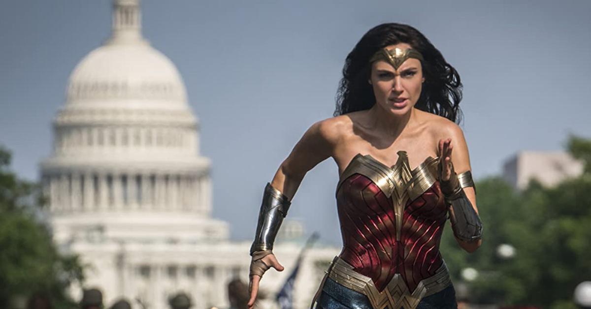 Gal Gadot en una escena de Wonder Woman 1984 con el Capitolio de Washington DC al fondo.