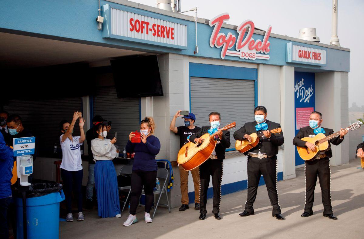 Hispanos de Los Ángeles que ejercen su derecho a votar por primera vez lo hacen al ritmo del mariachi