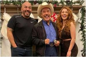 Así transformó Lupillo Rivera su mansión por Navidad con la ayuda de Giselle Soto, su joven novia