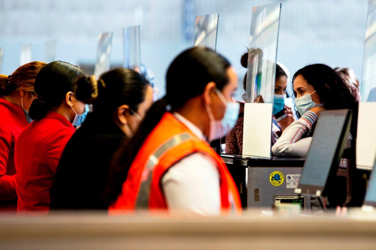Desde hace unas semanas las aerolíneas han  endurecido sus políticas de vacunación para sus empleados.
