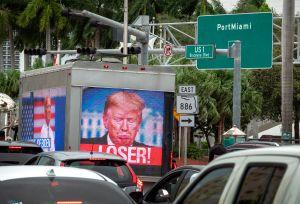 Boricua es sensación en redes por lanzar papel toalla a la Casa Blanca para despedir a Trump