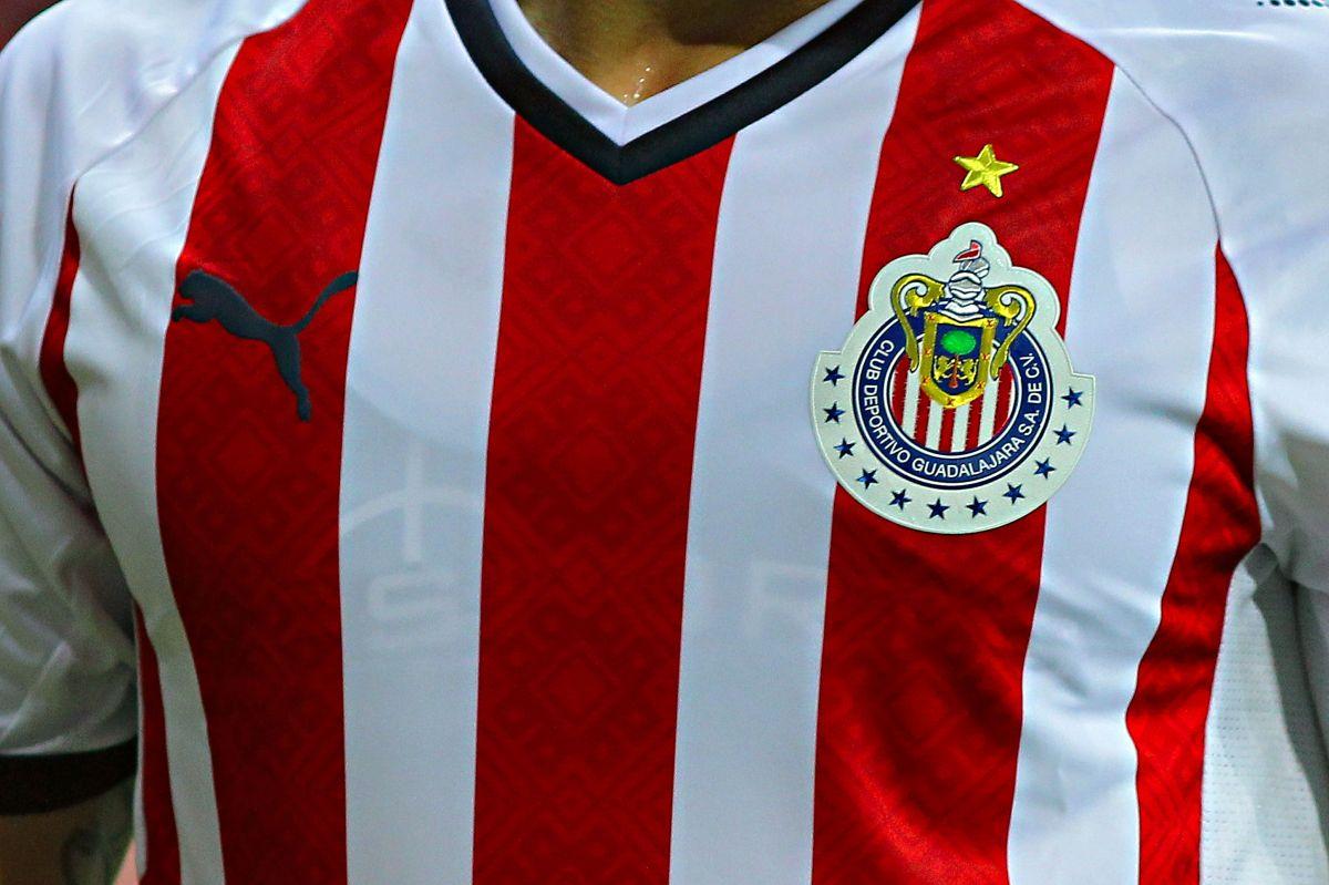 Aficionado del América paga apuesta y se tatúa escudo de Chivas
