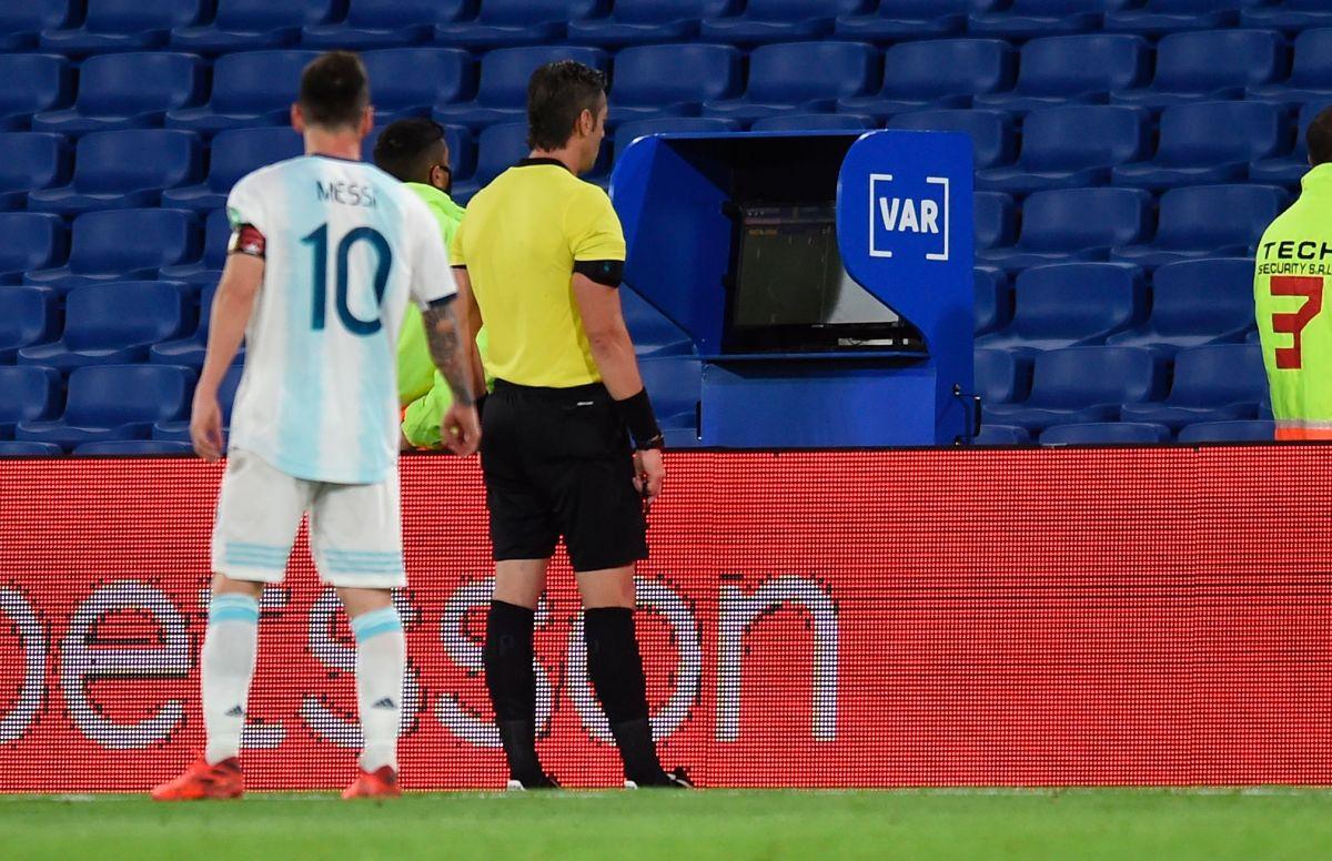 """""""Ya nos cagaste dos veces"""": Leo Messi le reclamó la jugada del VAR al árbitro en su cara"""