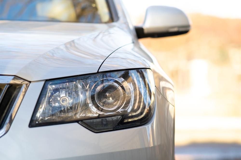 ¿Cómo limpiar los focos de los carros? 3 productos que los dejan brillantes y como nuevos