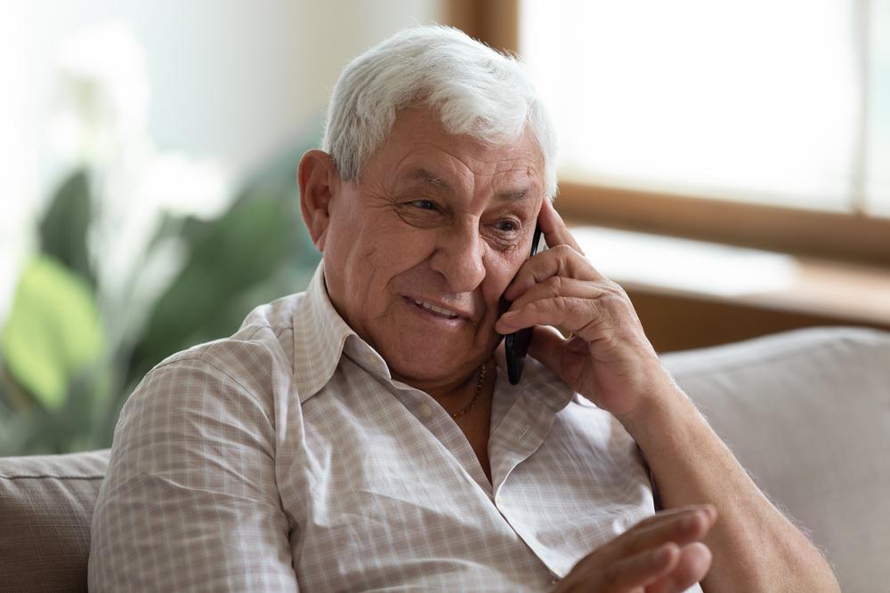 3 modelos de teléfonos para personas mayores que son fáciles de usar