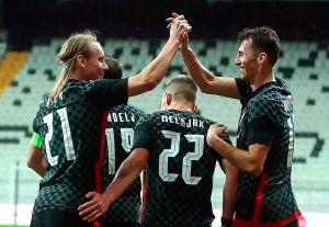 Entre abrazos y celebraciones: un jugador croata jugó 45 minutos de un amistoso con COVID-19