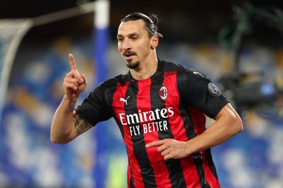 Zlatan le clavó dos goles a la dura defensa napolitana.