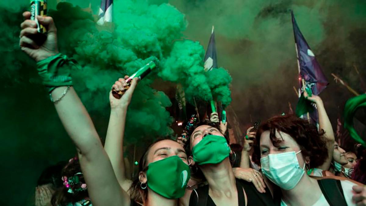 Los grupos de la marea verde lanzaron gritos de júbilo y emoción cuando se conoció el resultado.