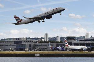 Nueva York pide a aerolíneas que vuelan desde Reino Unido hacer pruebas COVID a pasajeros