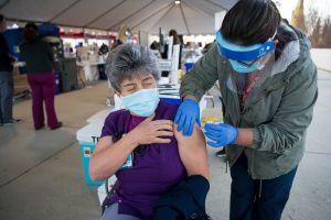 Denuncian suministro de vacunas en Los Ángeles a personas que no son enfermeros ni doctores