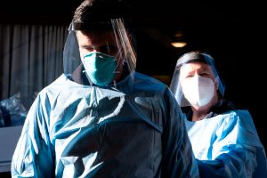 Mientras el coronavirus pone a California color púrpura, Los Ángeles planea racionar servicios médicos