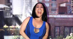 Carolina Sandoval se mete a bañar con ropa para 'limpiar su alma'