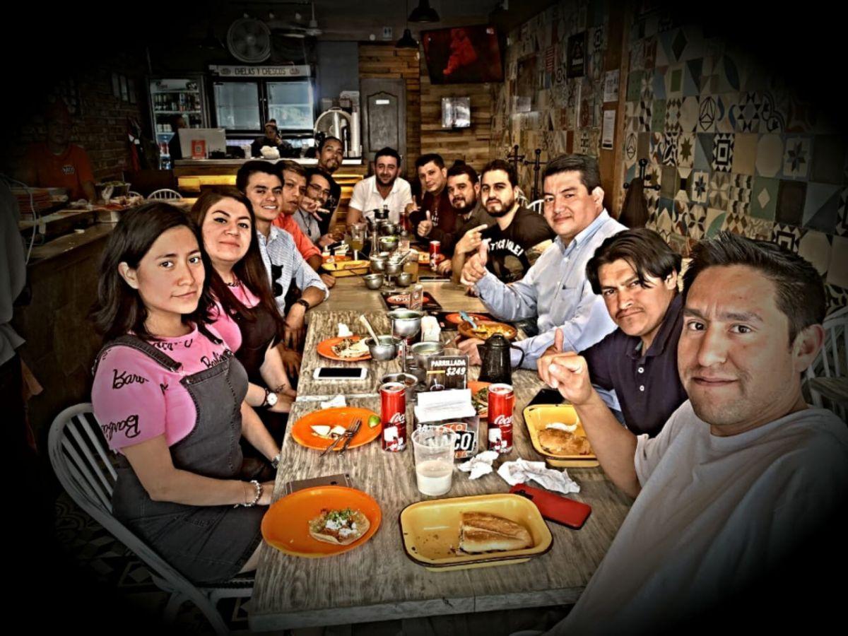 Carlos Ramírez (al frente) con algunos de sus compañeos de trabajo migrantes