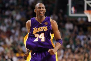 Sentido homenaje a Kobe Bryant afuera del Staples Center a un año de su muerte