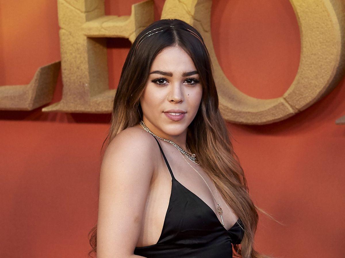 Danna Paola asume sensuales poses mostrándose en ajustados leggings deportivos
