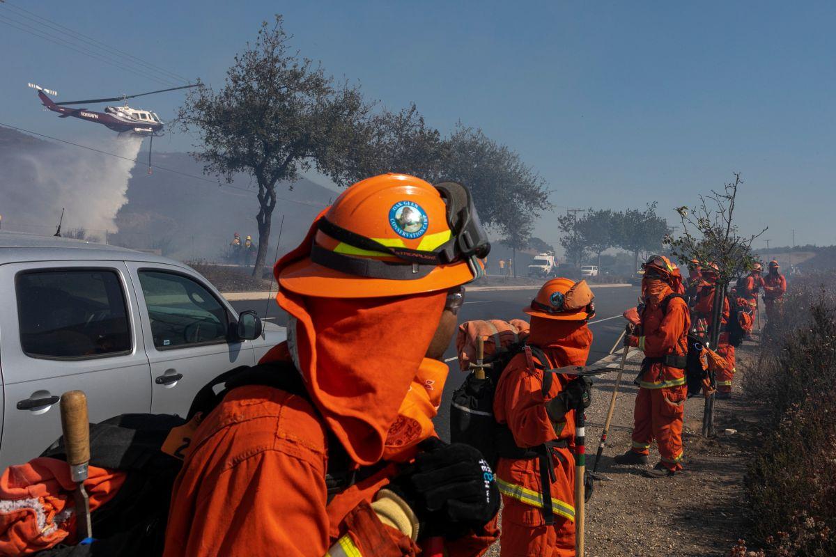 Incendio forestal en San Diego obliga a 7,000 personas a evacuar sus hogares en plena Navidad