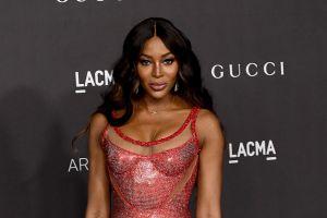 """La foto: Naomi Campbell se recuerda """"desnuda"""" en las calles de París y compra al por mayor sus trajes para viajar"""