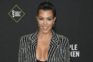 Kourtney Kardashian presume su figura en un escotado vestido negro