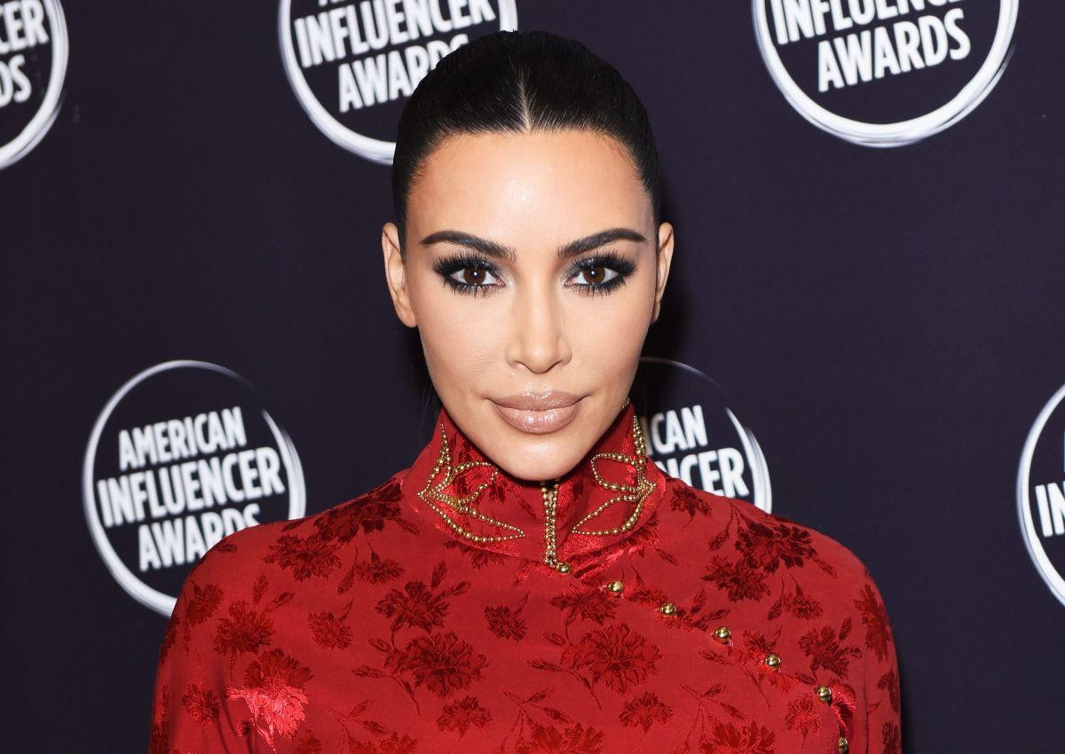Kim Kardashian posa en topless, usando tan sólo pantimedias