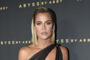 Khloé Kardashian es señalada por abusar de photoshop ¡se le ve con seis dedos en los pies!