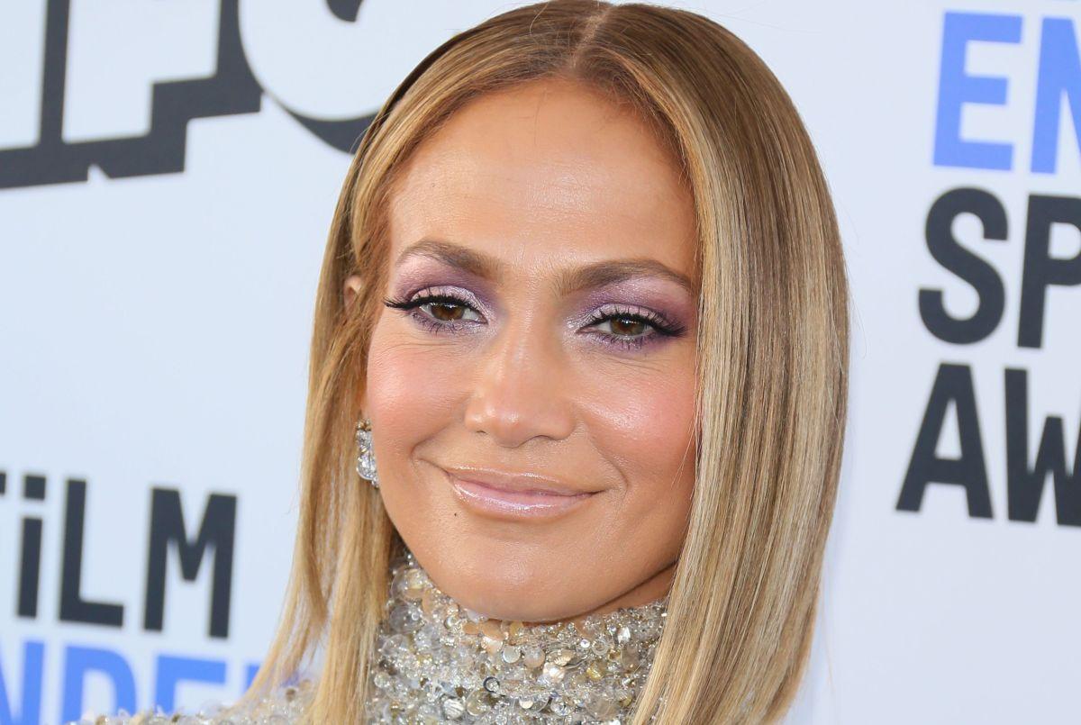 Jennifer Lopez hace arder las redes y luce sus caderas en sensual traje de baño verde