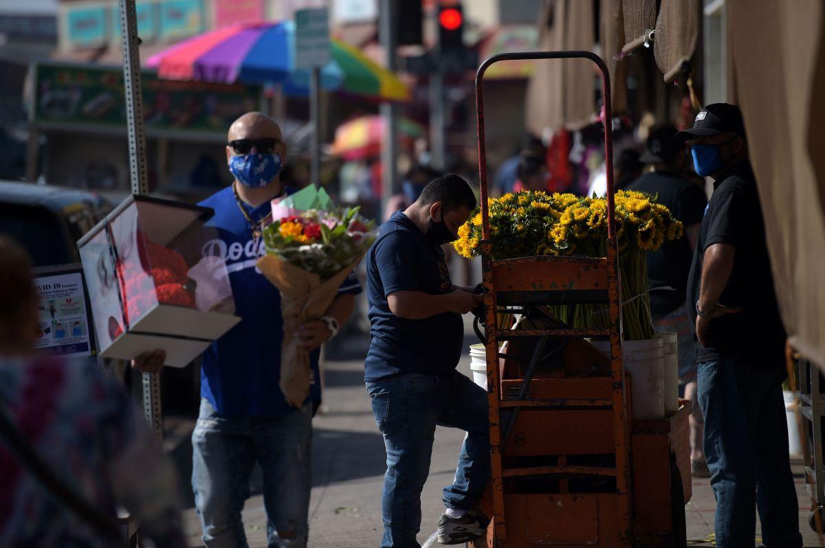Niño guatemalteco que vende flores en Los Ángeles recibió cheque de $40,000 dólares