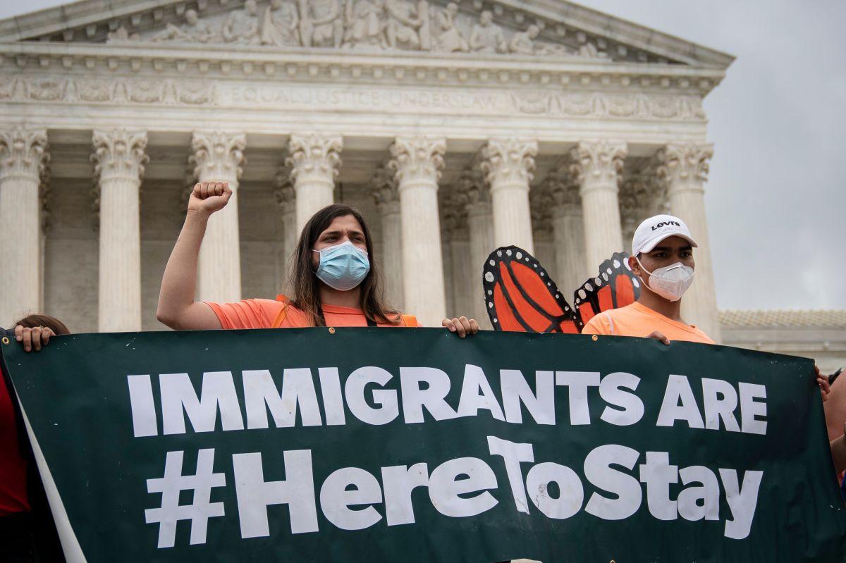Aumenta la presión por un camino a la residencia y ciudadanía para inmigrantes. (Getty Images)