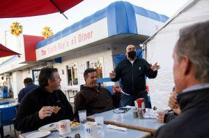 Juez de Los Ángeles considera que las restricciones del condado sobre los restaurantes son excesivas