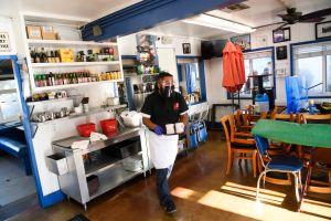 Si trabaja en un restaurante y vive dentro de la ciudad de Los Ángeles, le darán una ayuda de $800 dólares