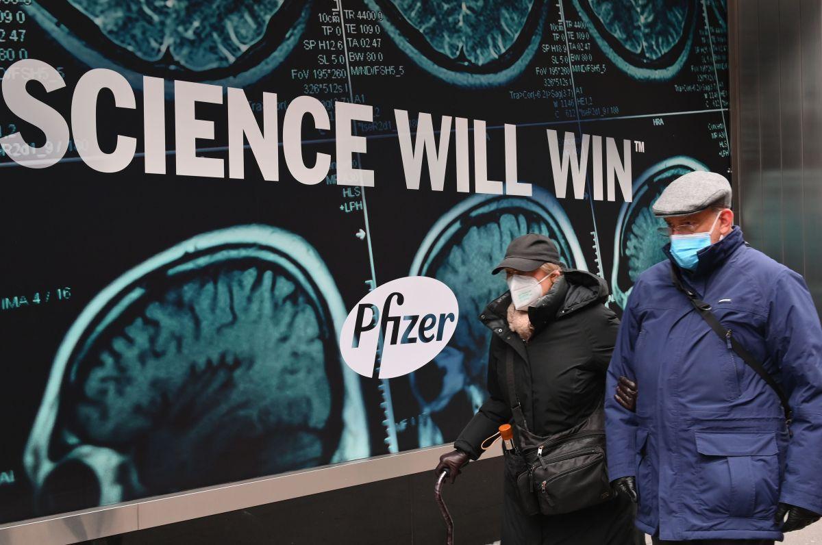 FDA está más cerca de autorizar la vacuna COVID-19 de Pfizer para EE.UU. Sus asesores la recomiendan