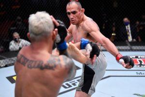 """VIDEO: El """"Cucuy"""" Ferguson salvó su brazo de milagro en momento escalofriante del UFC"""