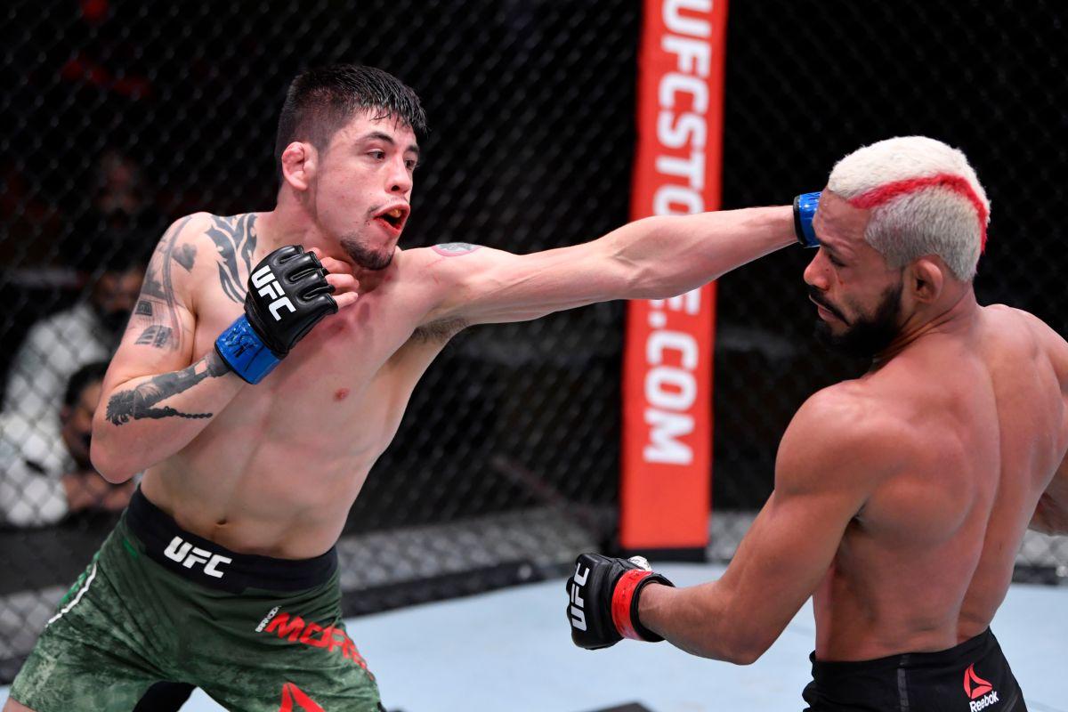 Brandon Moreno conecta al campeón Deiveson Figueiredo en el UFC 256.